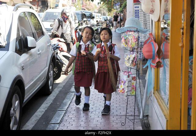 children wearing school uniform, walking in the side way at Monkey forest Street, Ubud , Bali ALMF2FH2X  写真素材・ストックフォト・画像・イラスト素材 アマナイメージズ