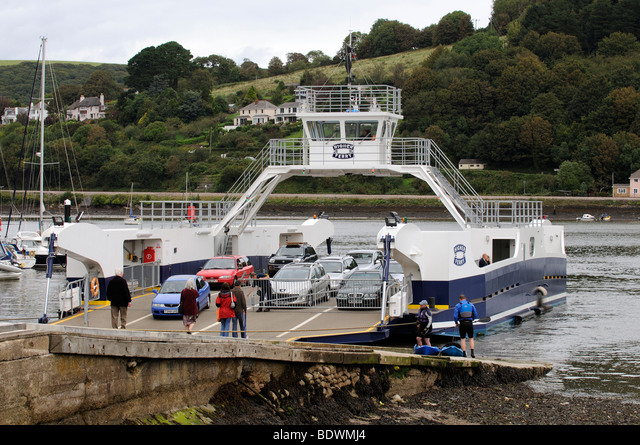 The Higher Ferry a car and passenger roro vessel on the River Dart at Dartmouth South Devon England UK ALMBDWMJ4| 写真素材・ストックフォト・画像・イラスト素材|アマナイメージズ