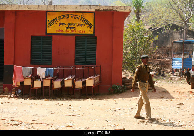 School building used to set up police point by Central Reserve Police Force CRPF jawans in forest of Jharkhand India Asia ALMET0HK8  写真素材・ストックフォト・画像・イラスト素材 アマナイメージズ