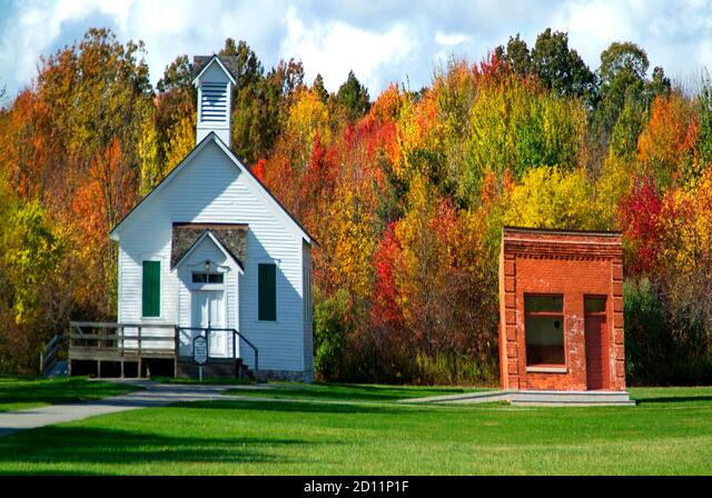 Autumn fall church scene in Michigan or one room school house ALM2D11P1F  写真素材・ストックフォト・画像・イラスト素材 アマナイメージズ