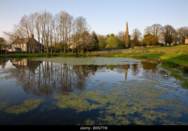 The village pond (known as Fere Mere) and St Leonard's church, Monyash, Peak District National Park, Derbyshire, England ALMB0N7TW| 写真素材・ストックフォト・画像・イラスト素材|アマナイメージズ