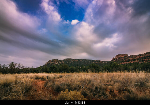 Dramatic clouds in the sky above a mountain at sunset along Verde Valley School Road, Sedona, Arizona ALMM93JB4  写真素材・ストックフォト・画像・イラスト素材 アマナイメージズ