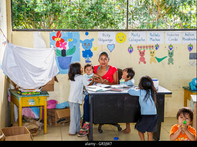 Children and teacher in school classroom in the Pilchi Community on the Napo River (an Amazon tributary), Ecuador, South America ALMGR3JW7  写真素材・ストックフォト・画像・イラスト素材 アマナイメージズ