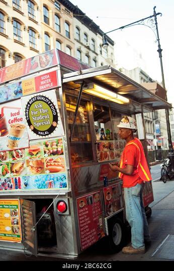 Construction worker ordering from a food truck, New York City ALM2BC62CG  写真素材・ストックフォト・画像・イラスト素材 アマナイメージズ