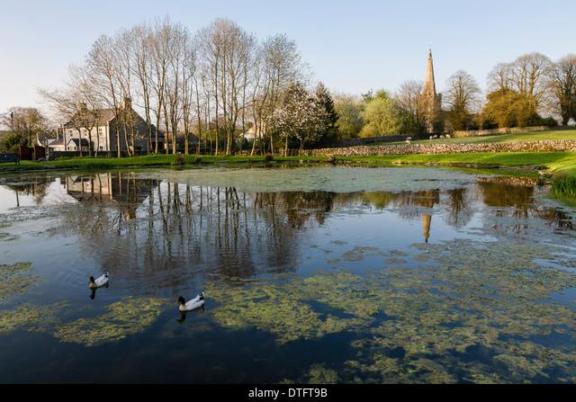 The village pond (known as Fere Mere) and St Leonard's church, Monyash, Peak District National Park, Derbyshire, England ALMDTFT9B| 写真素材・ストックフォト・画像・イラスト素材|アマナイメージズ
