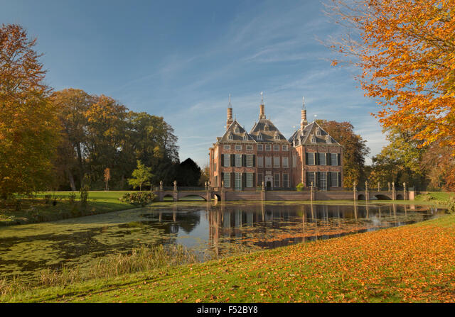 Autumn splendor at Duivenvoorde Castle, Voorschoten, South Holland, The Netherlands. Set in an English landscape park. ALMF52BY8| 写真素材・ストックフォト・画像・イラスト素材|アマナイメージズ