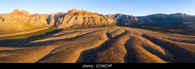 Early morning sunlight illuminates a beautiful mountain landscape that rises from the desert in Red Rock Canyon not far from Las Vegas, Nevada. ALM2C6KCHP  写真素材・ストックフォト・画像・イラスト素材 アマナイメージズ