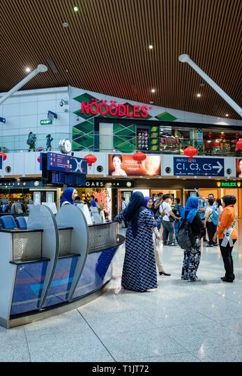International travelers check their flights at Kuala Lumpur International Airport. ALMT1JT72| 写真素材・ストックフォト・画像・イラスト素材|アマナイメージズ