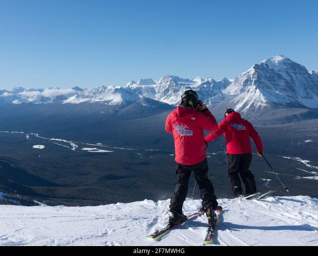 One member of the Lake Louise Snow School can't wait to have some fun before classes begin. ALM2F7MWHG  写真素材・ストックフォト・画像・イラスト素材 アマナイメージズ