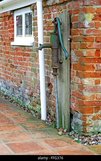 An old fashioned domestic water pump at Toad Hole Cottage, How Hill, Ludham, Norfolk, England, United Kingdom. ALMFFG376| 写真素材・ストックフォト・画像・イラスト素材|アマナイメージズ