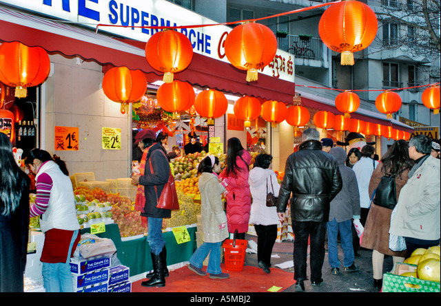 Paris France Chinese Supermarket in Chinatown 'The Big Store'  Night Front People Shopping Outside Chinese Lanterns on Street, groceries front shop ALMA5MBJ2| 写真素材・ストックフォト・画像・イラスト素材|アマナイメージズ