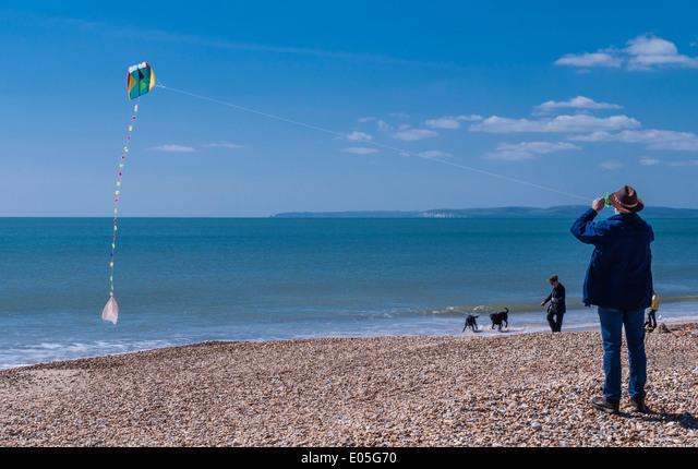 Man flying a kite on a beach at Bournemouth, Poole bay, Dorset, England, UK. ALME05G70  写真素材・ストックフォト・画像・イラスト素材 アマナイメージズ