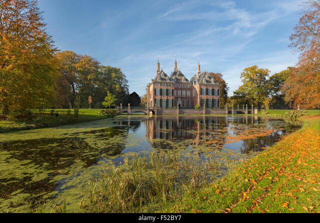 Fall colors at Duivenvoorde Castle, Voorschoten, South Holland, The Netherlands. Build in 1631 with an English landscape park. ALMF52BY7| 写真素材・ストックフォト・画像・イラスト素材|アマナイメージズ