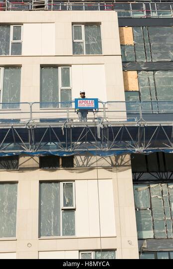 A construction worker on scaffolding on a building site in Cambridge UK ALMH8MYCA  写真素材・ストックフォト・画像・イラスト素材 アマナイメージズ
