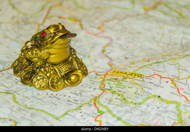 Money toad on map pointing to Sarajevo, capital of Bosnia and Herzegovina ALMDKGNBY| 写真素材・ストックフォト・画像・イラスト素材|アマナイメージズ