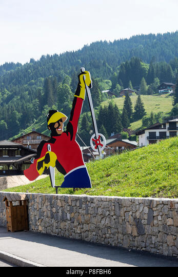 The Colourful Model of a Skier Advertising the Ski Resort and Ski School in Les Gets Haute-Savoie Portes du Soleil France ALMP8FBH6  写真素材・ストックフォト・画像・イラスト素材 アマナイメージズ