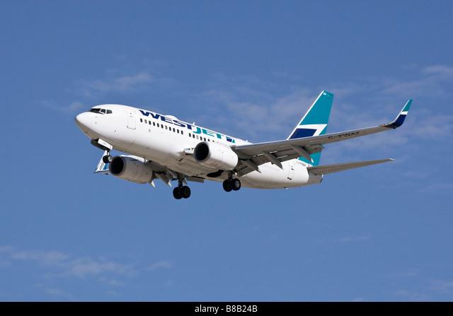 A Boeing B737 of WestJet Airlines on final approach ALMB8B24B| 写真素材・ストックフォト・画像・イラスト素材|アマナイメージズ