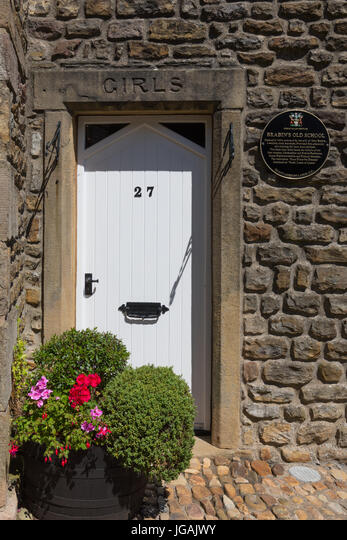 The Girls entrance to John Brabin's Schoolhouse on Windy Street in Chipping Lancashire ALMJGAJWY  写真素材・ストックフォト・画像・イラスト素材 アマナイメージズ