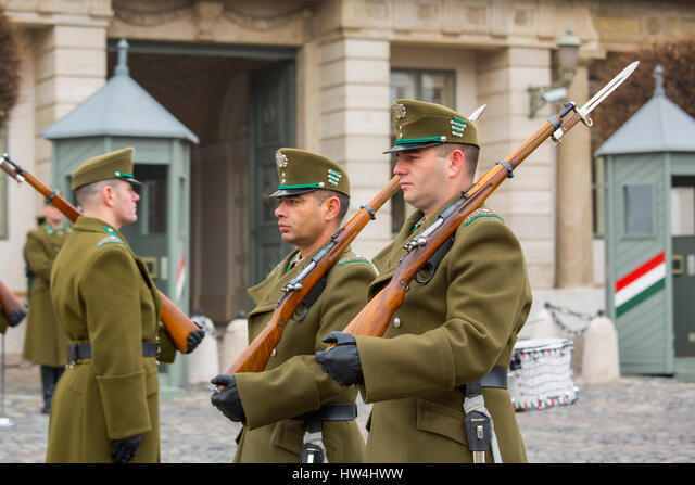 Changing of the guard, Presidential Palace Sandor, Buda Castle Hill District. Budapest Hungary, Southeast Europe ALMHW4HWW| 写真素材・ストックフォト・画像・イラスト素材|アマナイメージズ
