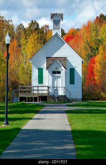 Autumn fall church scene in Michigan or one room school house ALM2D11P27  写真素材・ストックフォト・画像・イラスト素材 アマナイメージズ